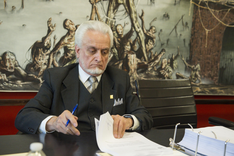 Maestro José Manuel Jurado Parres, director de la Preparatoria 5 e integante de la Comisión Especial Electoral; revisando y firmando documentación recibida.