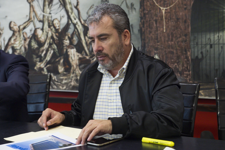 Maestro José de Jesús Becerra Santiago, Secretario General del Sindicato Único de Trabajadores Administrativos de la UdeG e integrante de la Comisión Especial Electoral; verificando la documentación recibida por aspirantes a la Rectoría General.
