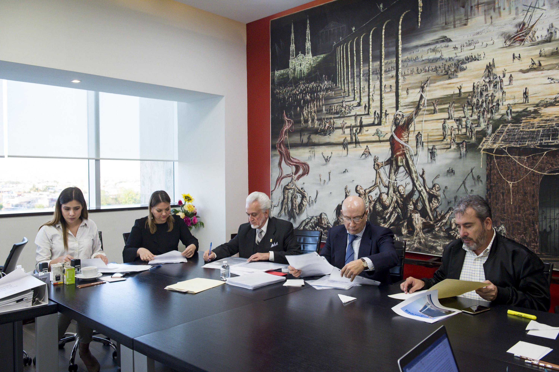 Miembros de la Comisión Especial Electoral; revisando la documentación recibida de los seis universitarios aspirantes a Rectoría General.