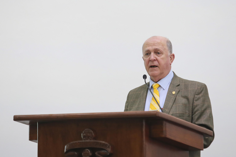 El doctor Miguel Ángel Navarro Navarro hablando desde el podium