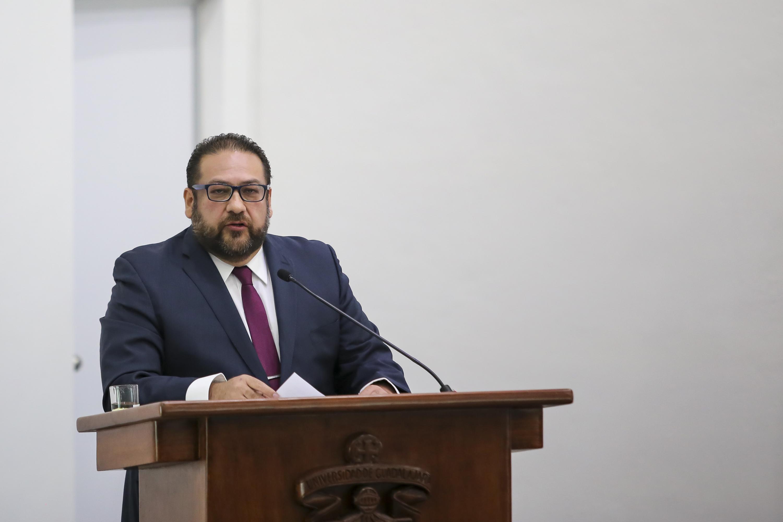 El Rector del Centro Universitario del Norte hablando desde el podium durante su informe de actividades