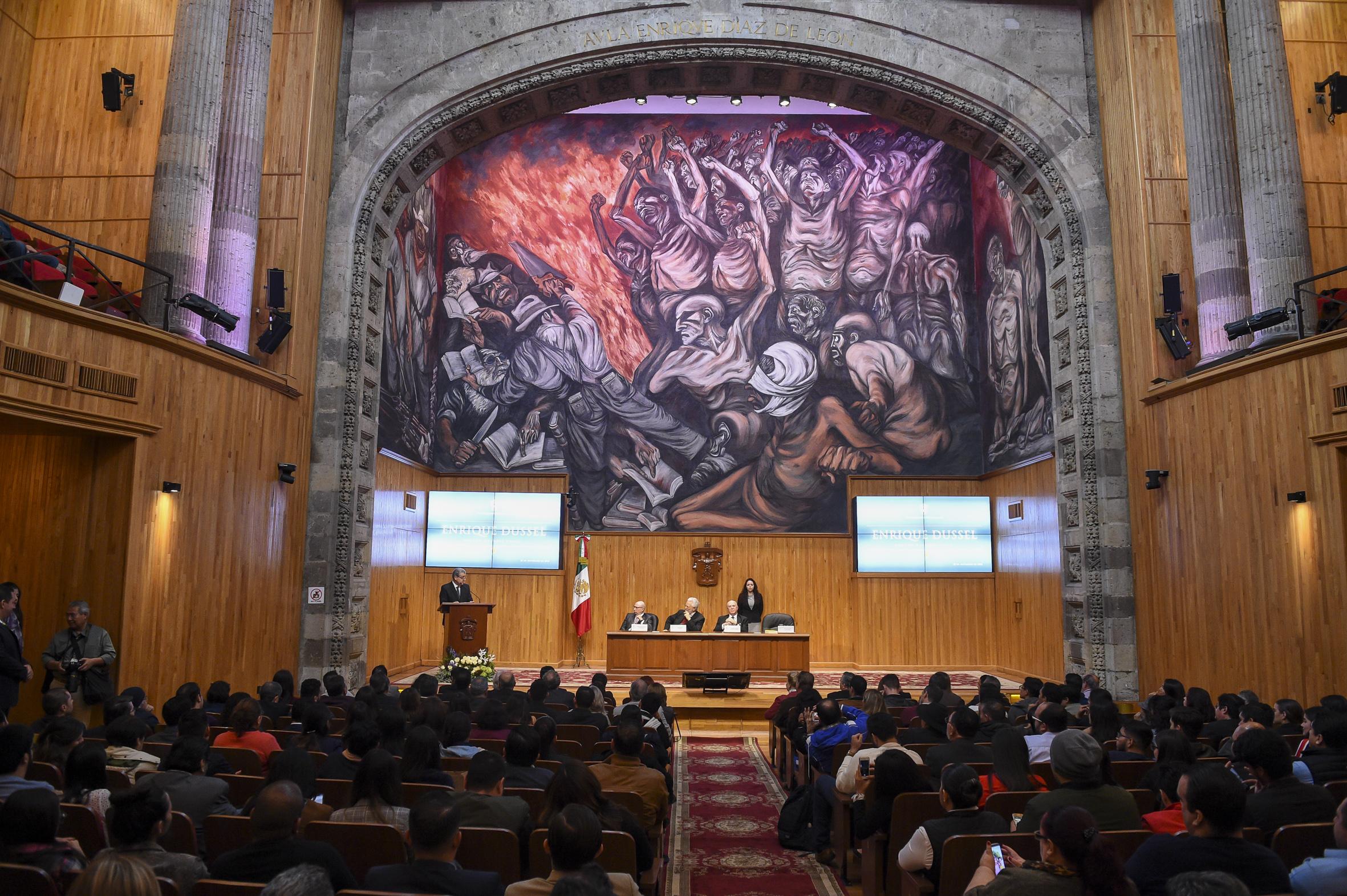 Máximas autoridades de la Universidad de Guadalajara, en presentación de conferencia del académico, filósofo, historiador y teólogo, Enrique Domingo Dussel Ambrosini, en el Paraninfo Díaz de León.