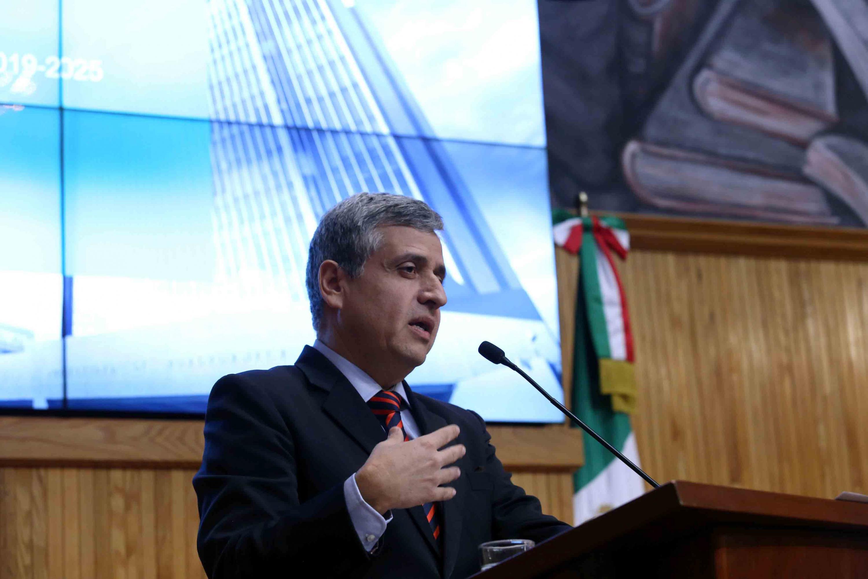 Doctor Héctor Raúl Solís Gadea, presentando ante los integrantes del Consejo General Universitario (CGU) para exponer su plataforma como candidato a la Rectoría General.