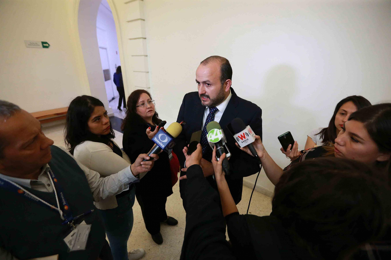 El doctor Ricardo Villanueva Lomelí abordado por reporteros al termino de su presentacion