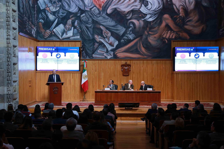 El doctor Ricardo Villanueva Lomelí durante su presentacion en el Paraninfo Universitario