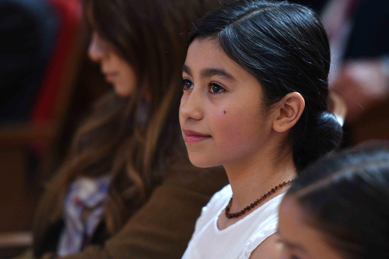 Una niña de aproximadamente 8 años durante la presentación del El doctor Ricardo Villanueva Lomelí