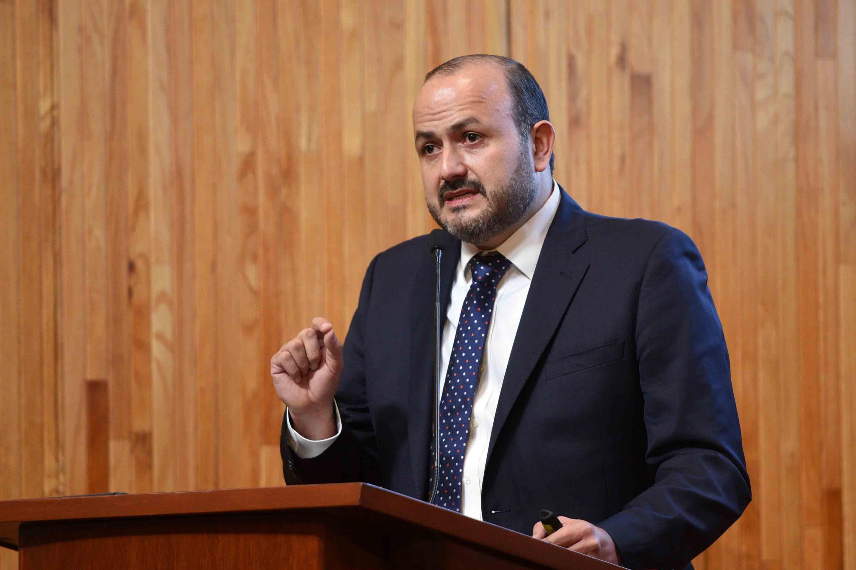 El doctor Ricardo Villanueva Lomelí hablando desde el podium