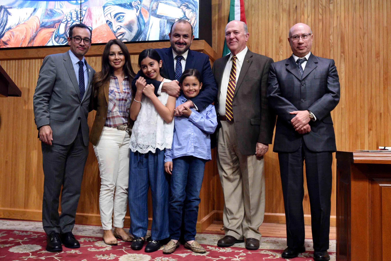 El doctor Ricardo Villanueva Lomelí al termino de su charla poso para un afotografía con familiares y autoridades universitarias