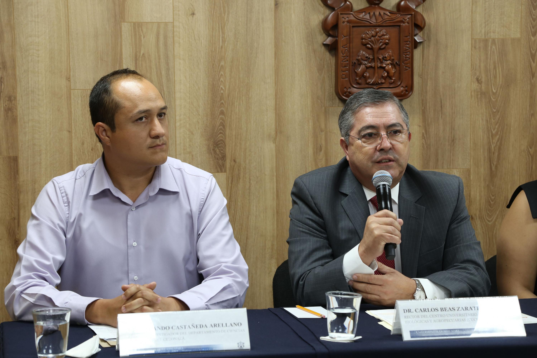 el Rector del Centro Universitario de Ciencias Biológicas y Agropecuarias (CUCBA), doctor Carlos Beas Zárate habla al micrófono