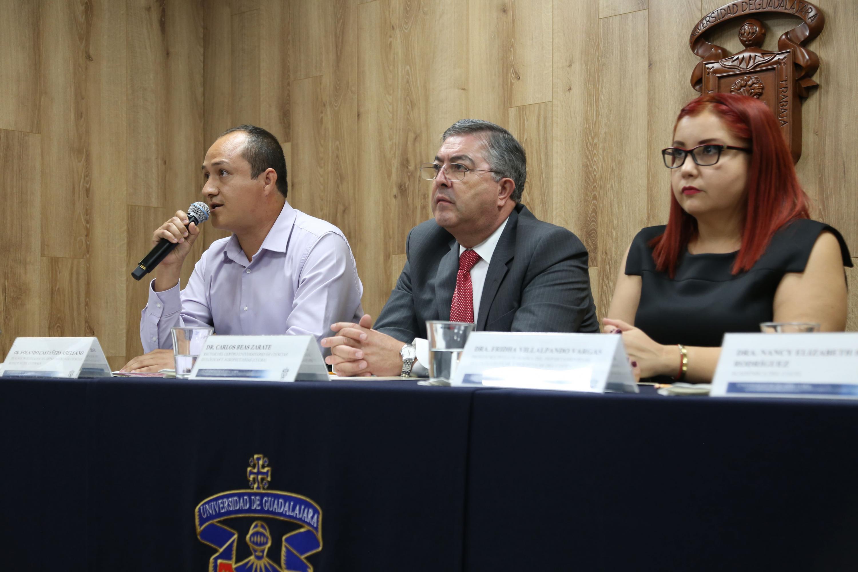 el doctor Rolando Castañeda Arellano, profesor investigador del Departamento de Ciencias Biomédicas del CUTonalá hablando al microfono