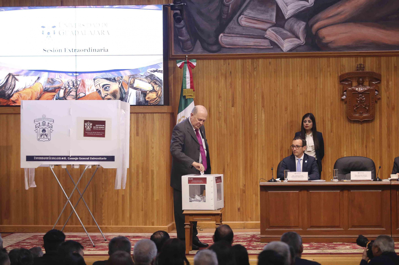 Rector General de esta Casa de Estudio, doctor Miguel Ángel Navarro Navarro, emitiendo su voto