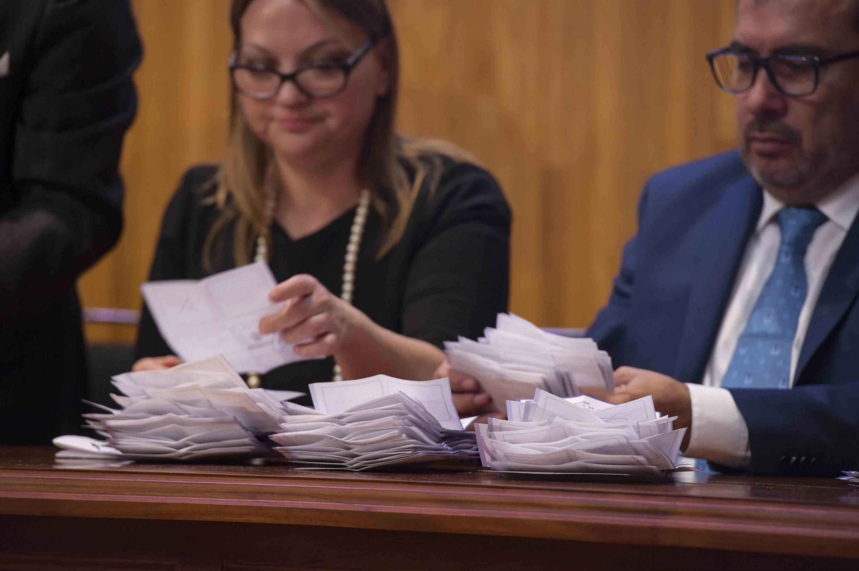 Integrantes de la Comisión Especial Electoral del CGU, realizando el escrutinio