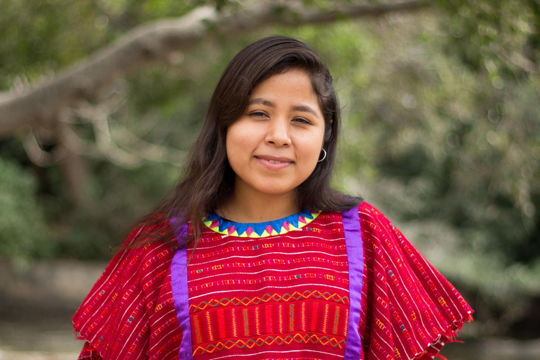 Sara Yessica Martínez Flores, estudiante de la licenciatura en Ingeniería en Telemática, del Centro Universitario de la Costa, con blusa típica de su comunidad indígena.
