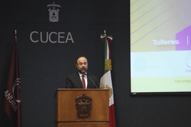 Desde el podium el Secretario General Ejecutivo de la Asociación Nacional de Universidades e Instituciones de Educación Superior (ANUIES), maestro Jaime Valls Esponda