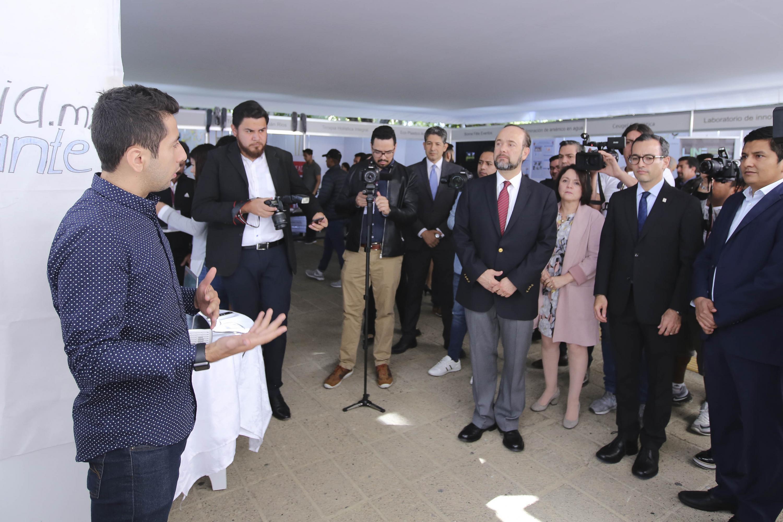 Un joven emprendedor habla de su proyecto frente a los invitados de la inauguración