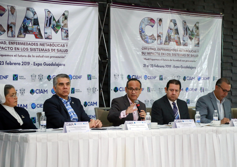 El doctor Héctor Raúl Pérez Gómez agradeciendo la disticion frente a la prensa