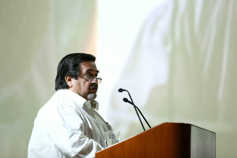Doctor Marco Antonio Cortés Guardado hablando desde el podium del auditorio de CUCOSTA