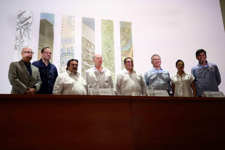 Los miembros del presidium se pusieron de pie para una foto oficial al termino del evento