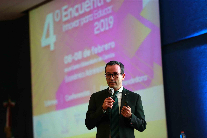 Vicerrector Ejecutivo de la Universidad de Guadalajara (UdeG), doctor Carlos Iván Moreno Arellano, hablando frente al micrófono