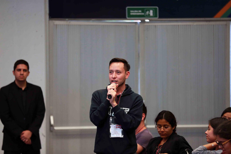 """Asistente a la conferencia """"Las universidades en los ecosistemas de innovación"""", haciendo uso de la voz"""