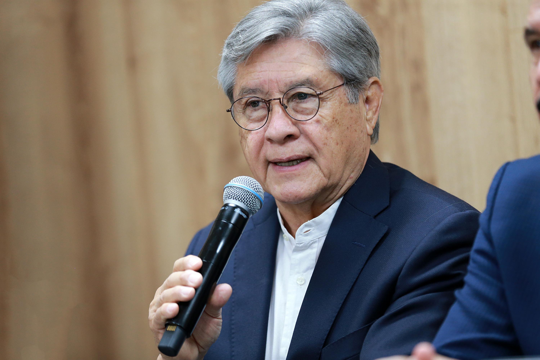 Director del IN-Ciudades, doctor Daniel González Romero, hablando frente al micrófono