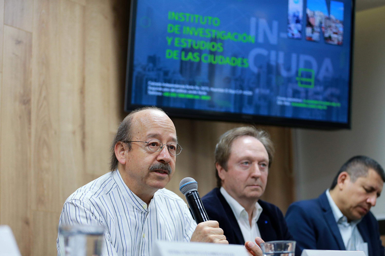 Investigador de la Universidad de California en Davis, doctor Luis Eduardo Guarnizo Llanos, participando en rueda de prensa