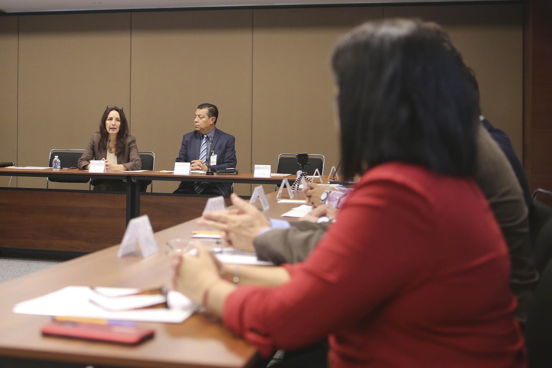 La doctora Ileana Guadalupe León González responde las preguntas de los asistentes