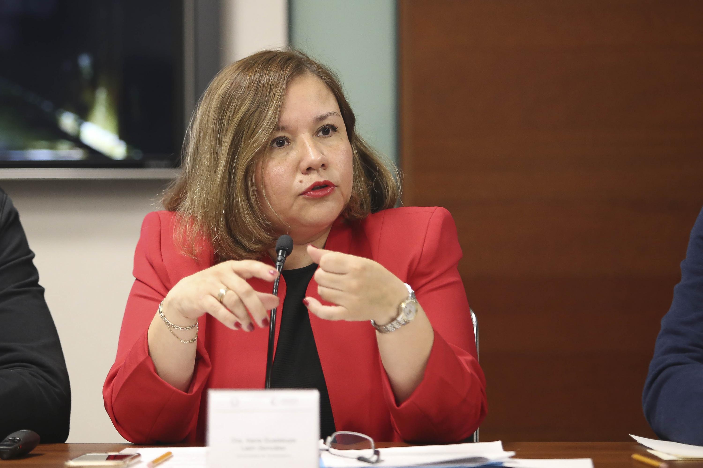 la maestra Priscila Juliana Álvarez Gutiérrez hablando en el evento desde su lugar