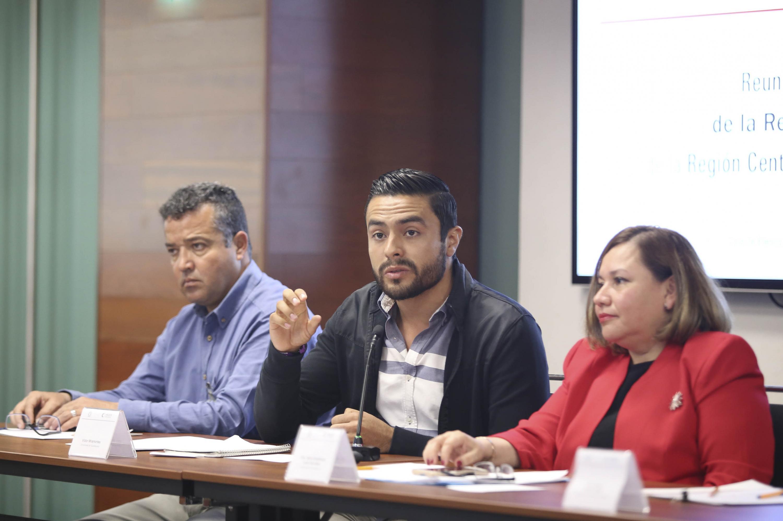 el maestro Elías Lira Mares, de la Universidad de Guanajuato hablando desde su lugar en la mesa