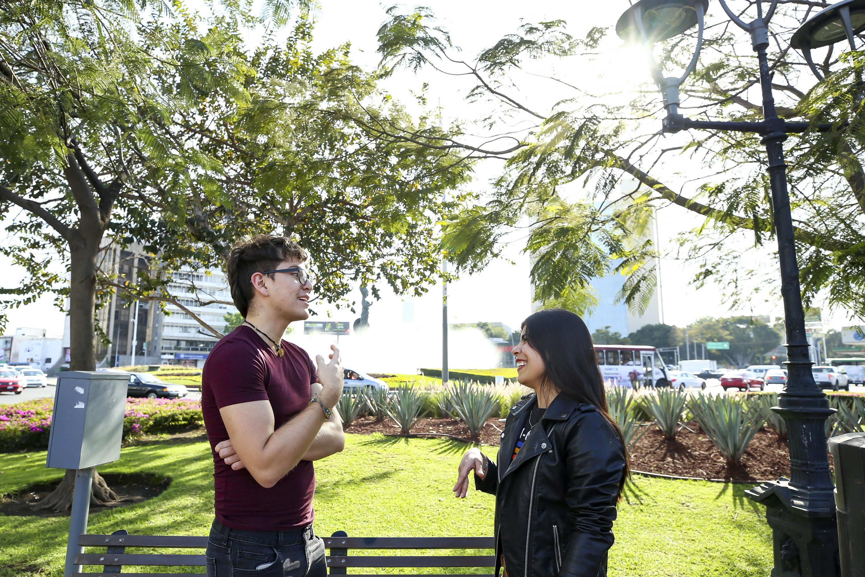 Pareja de jóvenes manteniendo una conversación, en unos de los jardines aledaños a la Glorieta de la Minerva.