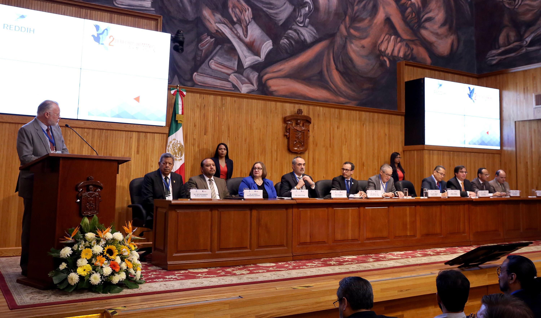 Licenciado José Trinidad Padilla López, Exrector de la UdeG; en podium del evento encabezando ceremonia inagural, en el Paraninfo Enrique Díaz de León.