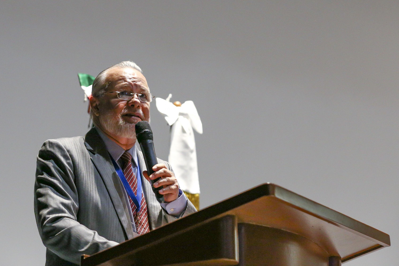 El doctor Cristian José Rojas Rojas durante su conferencia hablando desde el podium