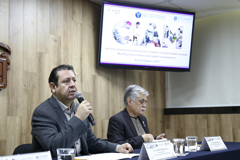 Presidente Ejecutivo del CIAM, doctor José Martín Gómez Lara, hablando frente al micrófono durante rueda de prensa