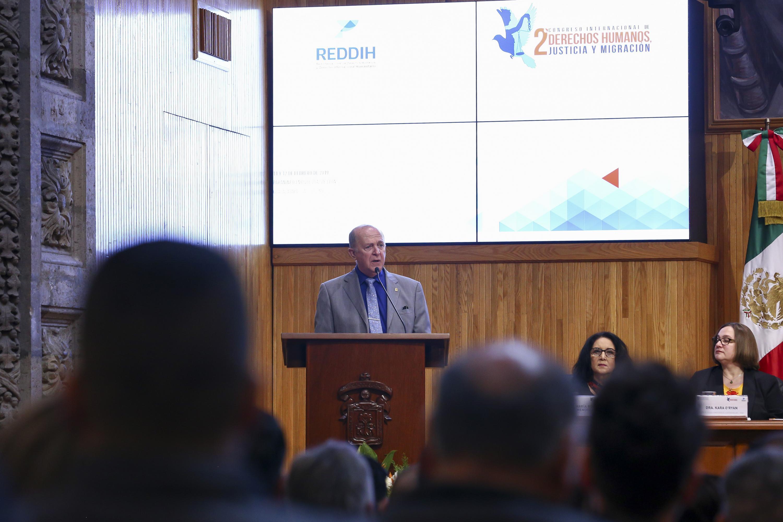 El doctor Miguel Ángel Navarro Navarro dirigiendose a la audiencia presente en el evento