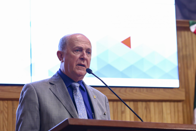 el Rector General, doctor Miguel Ángel Navarro Navarro hablando desde el podium del paraninfo universitario