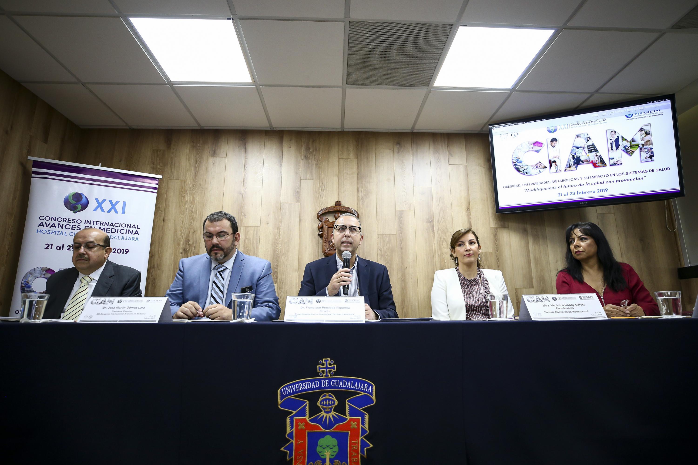 Director General del Nuevo Hospital Civil de Guadalajara Dr. Juan I. Menchaca, doctor Francisco Preciado Figueroa, haciendo uso de la palabra durante rueda de prensa