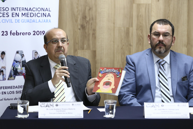 Coordinador del Foro por la Salud de los Niños, doctor Luis Gustavo Orozco Alatorre, haciendo uso de la palabra durante rueda de prensa