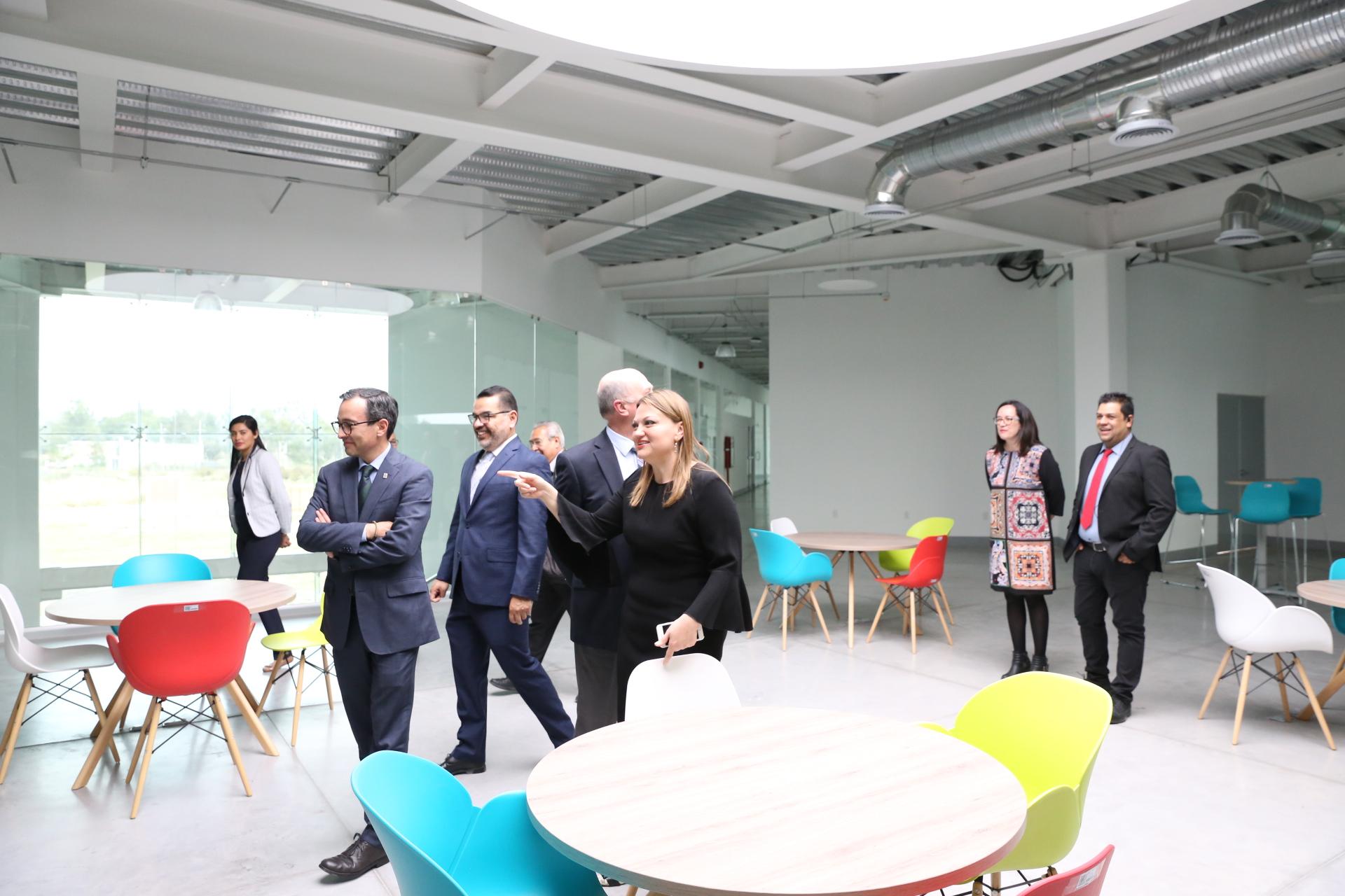 La maestra María Felícitas Parga Jiménez presenta las nuevas instalaciones del CUCIENEGA