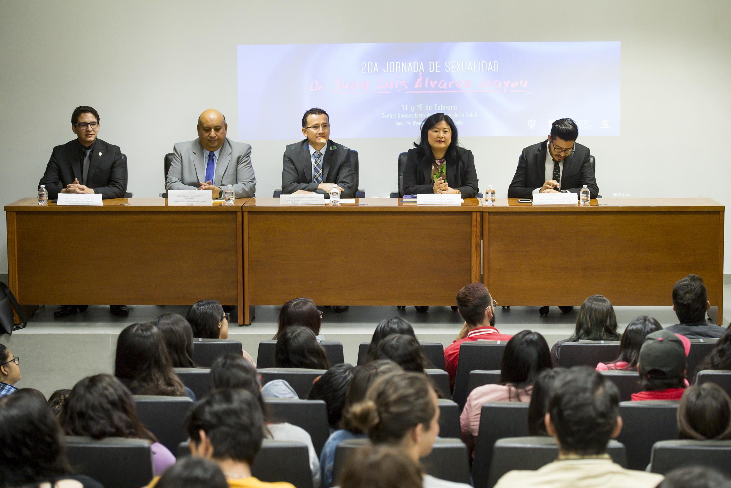 """Vista panorámica de los miembros panelistas y asistentes a la 2da. jornada de sexualidad """"Doctor Juan Luis Álvarez Gayou""""."""