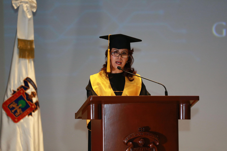 Ruth Mariscal Figueroa, hablando en nombre de los egresados