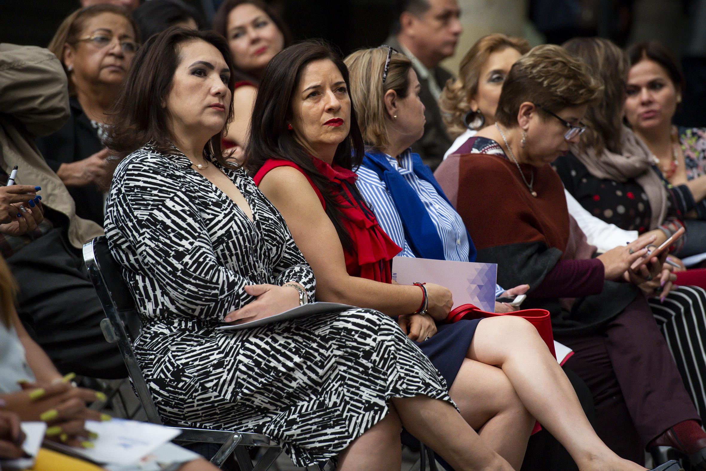 Mujeres asistentes a la entrega de la Presea María Látigo a Altagracias Tamayo