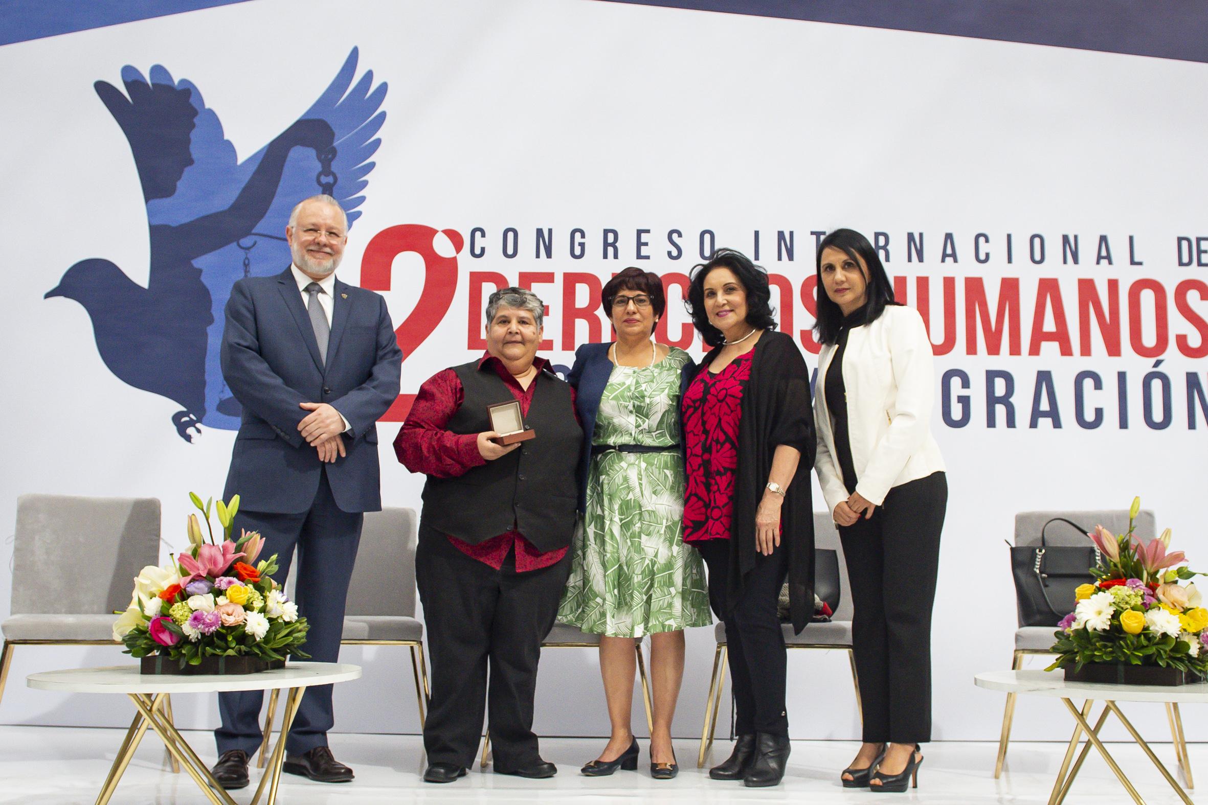 Altagracia Tamayo, el Licenciado Trinidad Padilla  y autoridades posan para la foto oficial