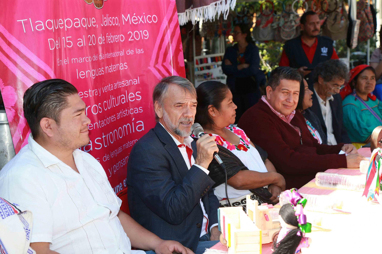 Maestro Juan Manuel Franco Franco, jefe de la Unidad de Apoyo a Comunidades Indígenas de la UdeG;con micrófono en mano, haciendo uso de la palabra, durante acto inagural.