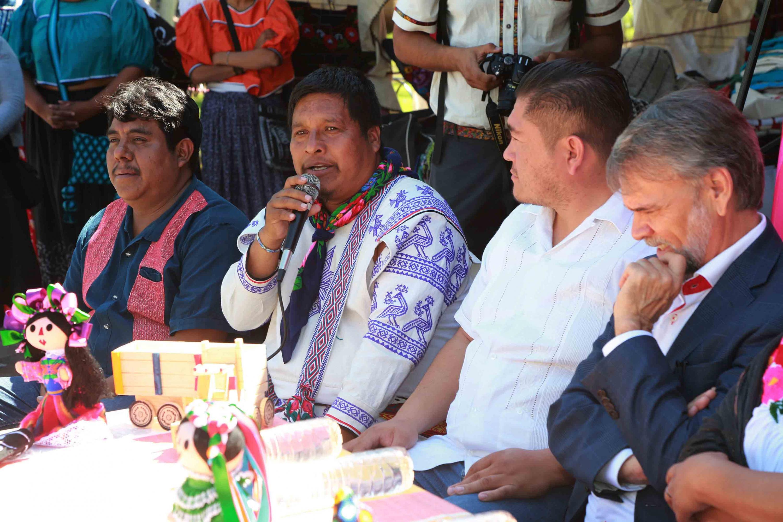 Artesano Wixárika; con micrófono en mano, haciendo uso de la palabra, en la inauguración del IV Festival Intercultural Indígena.