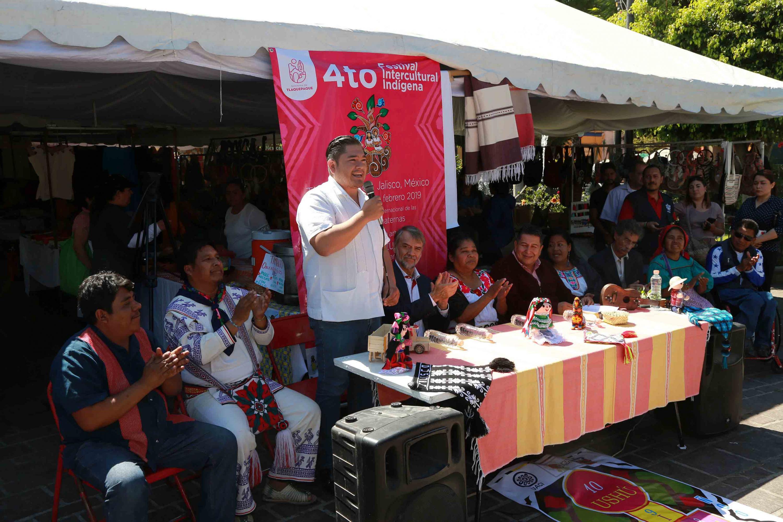 Francisco Juárez Piña, regidor de tlaquepaque; de pie y con micrófono en mano, haciendo uso de la palabra, durante acto inagural del IV Festival Intercultural Indígena.