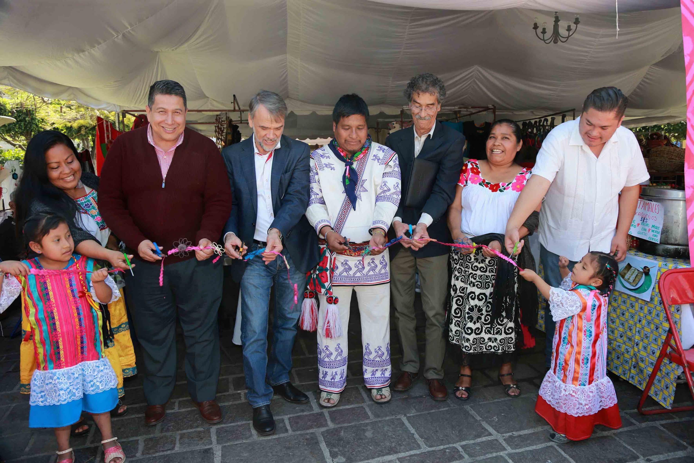 Corte del listón del IV Festival Intercultural Indígena en Tlaquepaque; por parte de representantes indígenas, funcionarios del ayuntamiento y el jefe de la Unidad de Apoyo a Comunidades Indígenas de la UdeG.
