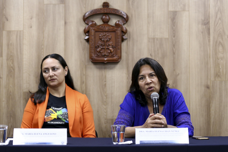 Doctora María Elena Chan Núñez, Jefa del Instituto de Gestión del Conocimiento y Aprendizaje en Ambientes Virtuales de UDGVirtual, haciendo uso de la palabra durante rueda de prensa