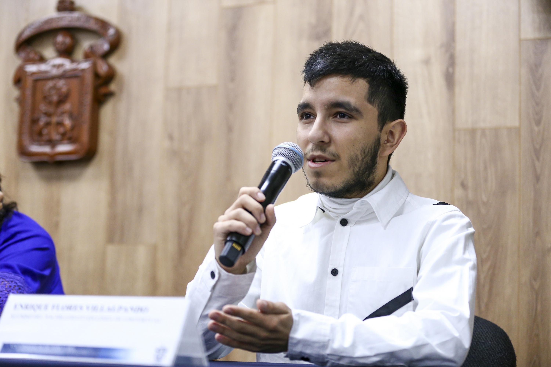 Enrique Flores Villalpando participando en rueda de prensa