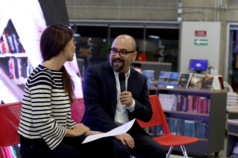El licenciado Ángel Igor Lozada y Paulina Soto Oliver hablaron ante los presentes en la libreria Carlos Fuentes