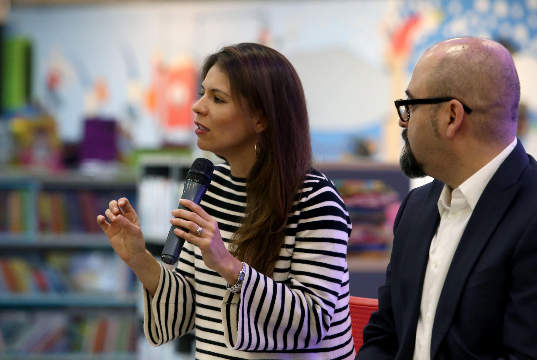 Paulina Soto Oliver respondiendo las preguntas del publico asistente